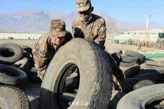西藏军区官兵用废旧轮胎建靶墙