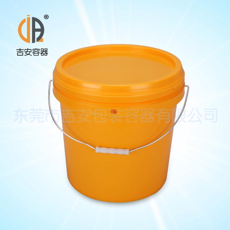 东莞市吉安包装容器有限公司 开始于2000年8月1日,本公司专业供应各类外包容器,根据材质的不同,我们的产品分为塑料容器、铁质容器、铝材容器、玻璃容器、纸质容器等五大类。按产品的名称分为塑料桶、塑料瓶、包装桶、涂料桶、机油桶、油脂桶、化工罐、胶水瓶、铁桶、铁罐、铝瓶、铝罐、阻隔瓶,高阻隔瓶等等,容量从3ML至1000L多种规格,多种款式。适合包装的产品包括:化学试剂、化工原料、化工助剂、饲料添加剂、油墨、油漆、树脂、农药、日用化学品、聚氨脂、胶粘剂,广泛应用于化工、建筑、食品、医疗、生物、等各领域。 十多
